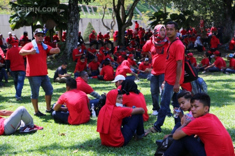 red-shirts-cordoned-off-at-padang-merbok-2-2